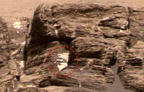 На каменном холме Марса исследователи нашли необычный фрагмент скульптуры